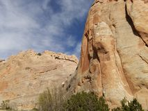 Murs rouges de roche avec le ciel bleu Traînée de roche de fenêtre, Arizona Photographie stock libre de droits