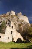 Murs ruinés de château avec la tour ci-dessus Images stock