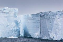 Murs très hauts des icebergs Images libres de droits