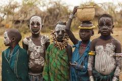 从Mursi部落的未认出的孩子在Mirobey村庄 Mago 库存图片