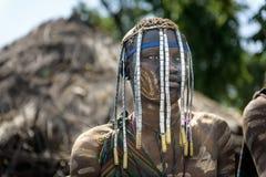 Mursi man med head garneringar arkivfoto