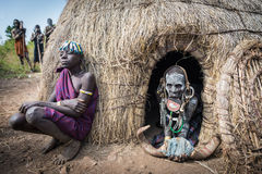 Mursivrouwen in hun hut royalty-vrije stock fotografie