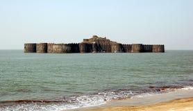 Murud-Janjirafort aufgestellt auf einem ovalgeschnittenen Felsen vor der Küste des Arabischen Meers nahe der Portstadt von Murad, lizenzfreie stockfotografie