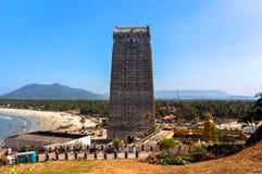 MURUDESHWAR Gopuram av den Murudeshwar templet byggdes i 2008, hängivet till den hinduiska guden Shiva, och den är 72 meter hög Royaltyfri Fotografi