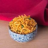 murukku lub tradycyjna indyjska przekąska na tle Zdjęcie Stock
