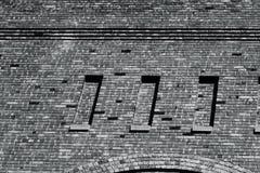 Murverk av en årig hand 100 byggde tegelstenbyggnad Royaltyfria Foton