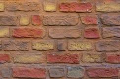 Murverk av kulöra tegelstenar Tegelstenväggen texturerar royaltyfri bild