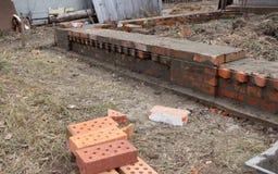 Murverk och hjälpmedel, nivå, murslev som bygger ett hus fotografering för bildbyråer