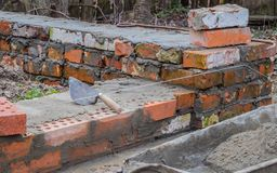 Murverk och hjälpmedel, nivå, murslev som bygger ett hus royaltyfri bild