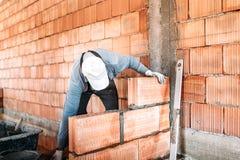 murverkdetaljer - konstruktör, arbetarbyggnadsinnerväggar royaltyfria foton