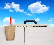 Murverkhjälpmedel på tegelstenväggen Arkivfoton