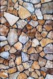Murverkvägg av färgstenar med den ojämna modellen Arkivbild
