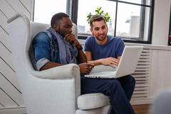 Murzyn i biały facet używa laptop zdjęcie royalty free