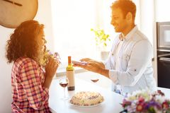 Murzyn i kobieta w kuchni w domu Mężczyzna przygotowywał prezent dla kobiety której wręcza ona, Zdjęcie Royalty Free