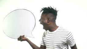 Murzyn trzyma obłoczną wiadomość i wrzaski, zwolnione tempo zdjęcie wideo