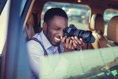 Murzyn używa dslr kamerę w samochodzie obrazy stock