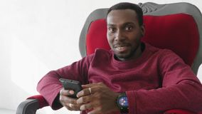 Murzyn używa smartphone komunikować na internecie zdjęcie wideo
