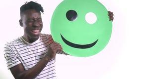 Murzyn w koszulce podnosi uśmiech i śmia się zdjęcie wideo