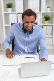 Murzyn z laptopem przy pracą Fotografia Royalty Free