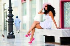 Murzynka jest ubranym sukni i słońca kapelusz Zdjęcie Royalty Free