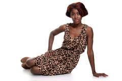 Murzynka jest ubranym zwierzęcą druk suknię zdjęcie stock