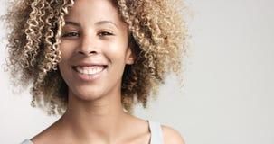 Murzynka z kędzierzawym afro hiar portretem Zdjęcia Royalty Free