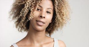 Murzynka z kędzierzawym afro hiar portretem Obrazy Stock