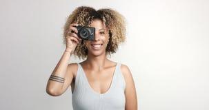 Murzynka z kędzierzawym afro hiar portretem Zdjęcie Royalty Free