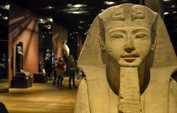 Musée égyptien la grande salle consacrée aux statues image stock