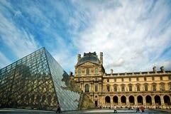Musée d'auvent avec la pyramide de Pei Photo stock