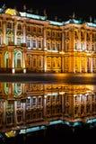 Musée d'ermitage la nuit avec la réflexion dans un magma, vertical Images stock