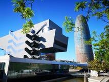 Mus?e de conception de mus?e de Barcelone de hub de Disseny de tour de Barcelone et d'Agbar dans un jour ensoleill? photos stock