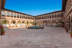 Musée de cour intérieure contemporaine d'Art Cusco avec des arcades photographie stock libre de droits