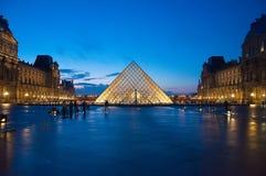Musée de Louvre au crépuscule Image libre de droits