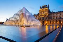 Musée de Louvre au point de repère de nuit dans la ville de Paris, France image stock