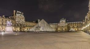 Musée de Louvre la nuit Images libres de droits