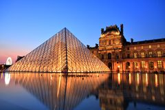 Musée de Louvre la nuit, Paris Photos libres de droits