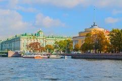 Musée de palais de voûte et d'hiver d'Amirauté ou d'ermitage d'état sur le remblai de la rivière de Neva à St Petersburg, Russie Image stock