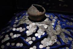 Musée de Trakai Pot avec les pièces de monnaie antiques photos stock