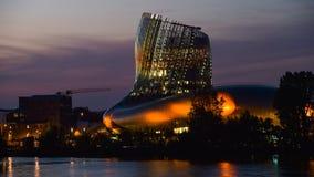 Musée de vin de Bordeaux près de rivière de la Garonne, France photos libres de droits