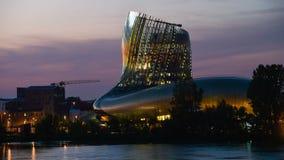 Musée de vin de Bordeaux près de rivière de la Garonne, France images stock