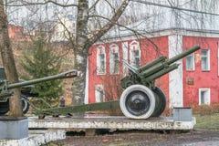 Musée historique de la ville de Rzhev, région de Tver Exposition extérieure d'artillerie soviétique Photographie stock