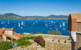 Musée maritime au vieux fort au-dessus de la vue d'ancrage de ville et de yacht de Saint Tropez image libre de droits