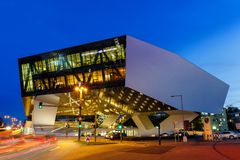 Musée Stuttgart de Porsche à l'architecture moderne de l'Allemagne de nuit photo libre de droits