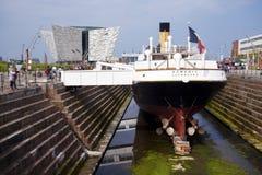 Musée titanique et un grand bateau Photos stock
