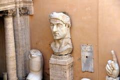 Musées de Capitoline de Rome : statues dans la cour image libre de droits