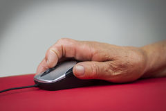 Mus för dator för hand för reumatoid artrit hållande Arkivbilder
