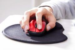 mus för datorhandholding Royaltyfria Bilder