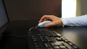 Mus 22 Mjuk fokus till handen av mannen som klickar musknappen Öppna och stäng dokumentet Assistent från vänster sikt arkivfilmer