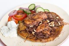 Musakhan mit Salat und Jogurt Stockbild